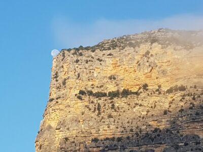 Falaise-de-lune (rocher de la Lauze au petit matin)